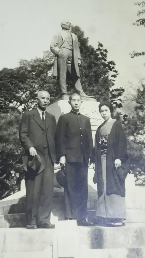 祖父の銅像前で父母と記念写真(慶応高校3年生当時)