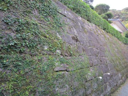 今は民家になっていますが、古い石垣が当時の面影を伝えています