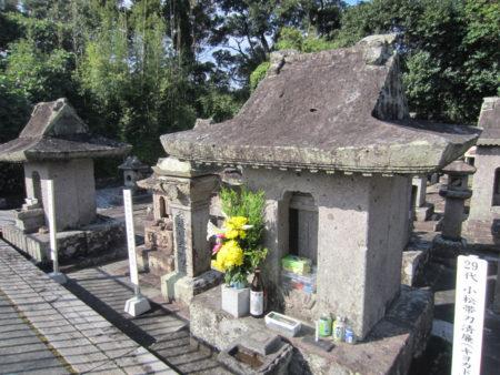 手前が29代小松帯刀さんのお墓、奥が妻のお近さんのお墓です