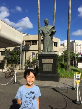 みなさん小松さんの銅像がどこにあるか知っていますか?