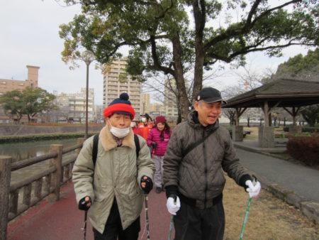 「医者から勧められてもう2年続けてます」と畠中正さん(75) (写真左)