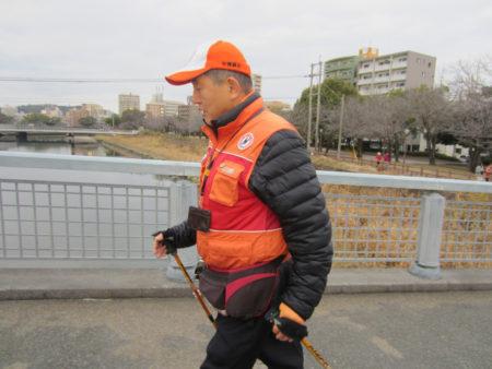 初心者には、オレンジベストの指導員の方が、ポールの使い方や歩き方を指導して 下さいます