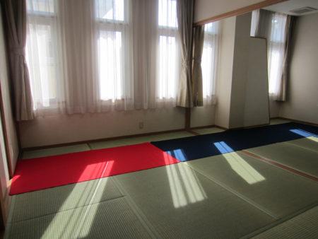 新畳の和室で…