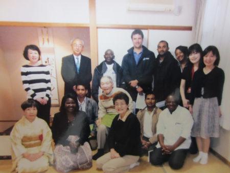 2016年 5月  海外からの研修生のみなさんと…(艸舎にて) 思い出の和室で花びら餅とお薄をいただきます。