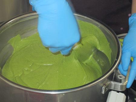 余分な油を使わず、油分はカカオバターのみでつくります