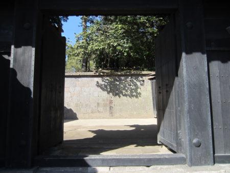 黒門を潜った先の石垣に刻まれは文字は…