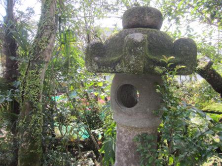前庭の石燈籠