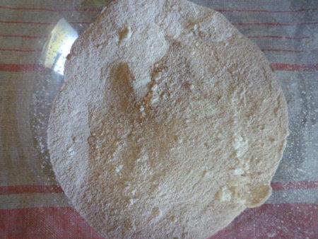 粉と砂糖、さらしあん、塩ひとつまみをボウルに入れ、全体をよくまぜます。