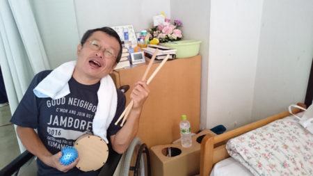 """ドラマー復活を目指してリハビリ中の""""もりぶー""""こと森田孝一郎さん(一昨年)"""
