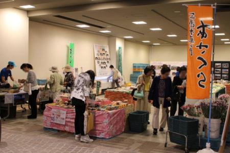 野菜や、果物、朝倉の特産品などが販売