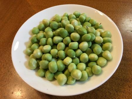 中の豆はエンドウ豆と同じ緑色をしています