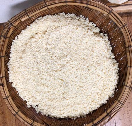 もち米がほんのり茶色に染まっている