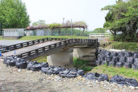 桂川にかかる橋も、中央に亀裂ができていました