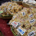 おみくじを入れた「金トキ豆」が看板商品