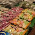 産直マルシェには、トマトやホウレン草、キュウリ、きゃべつなどの野菜や、お茶、しょうゆ、はちみつ、お菓子など