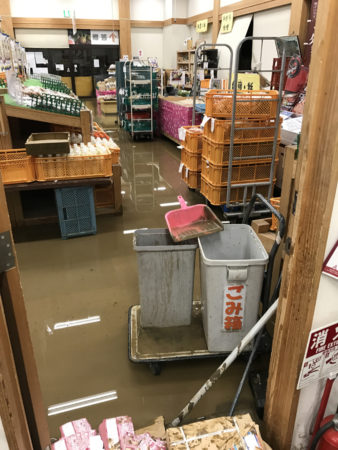 浸水している店舗・・(写真提供 櫻木和弘館長)