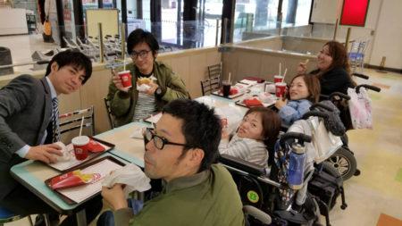 車いすの矢野剛教さん(右手前の方)との出会いが窪さんの心を動かした!