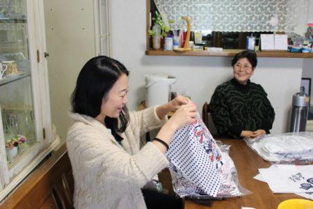 「ぐいパン」が縫いあがったら神戸さんが検品も兼ねて「ぐいパンのおかあさん」の所に取りに行きます。