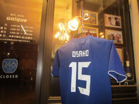 店の前に早速、大迫選手の背番号のユニフォームを飾りました!