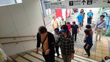 アイマスクをつけて階段を体験