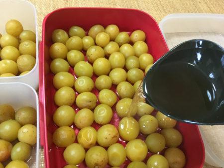 殺菌した保存容器にきれいに甘露煮を並べます。