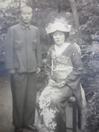 昭和18年7月 警察官だった仙次郎さんと結婚(鹿児島市の自宅庭にて)