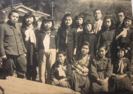 軍服姿から大坪さんの教員生活はスタートした…(写真・左)