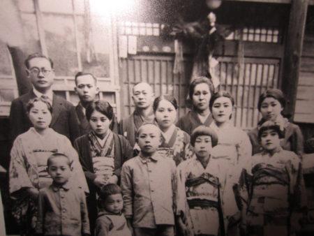 台湾時代の家族写真(前列中央が大坪さん)