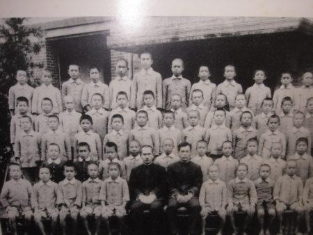 台北市・錦小学校時代(前列左から2番目)
