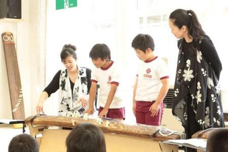 子どもたちに箏の楽しさを伝える梶ヶ野さん