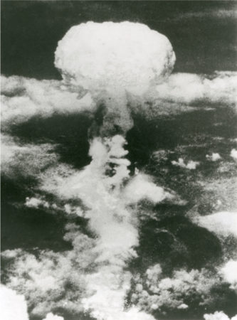 1945年8月9日 長崎原爆投下時のきのこ雲 (撮影者:米軍・長崎原爆資料館 所蔵)