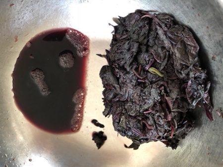 濃い紫の汁があく汁