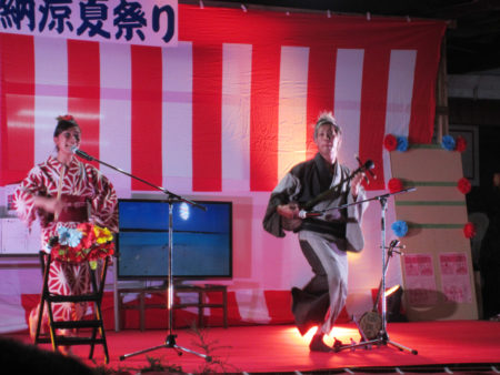 夏祭りライブ 「つむぎんちゅ」の肥後陽子さんと麓和幸さん