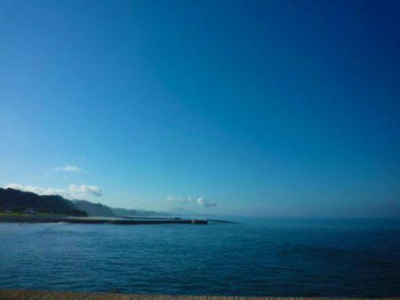 早朝の江口浜 遠くにうっすら金峰山