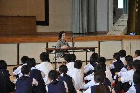 鹿児島市の中学生に体験を語る清子さん(去年5月)