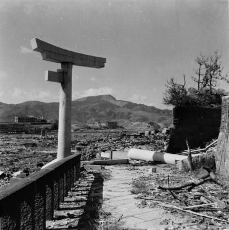 原爆投下後の山王神社(撮影;林重男氏:長崎原爆資料館 所蔵) ※ 写真の無断での二次使用(転載)は出来ません。許可が必要です。