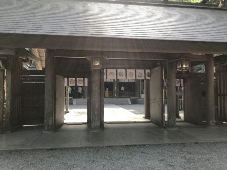 西本宮の拝殿。この向こうに「天岩戸」がある