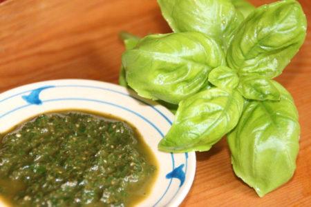 バジルはシソ科の植物で、イタリア料理でおなじみのハーブ