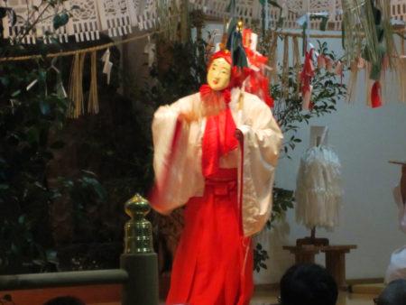 天照大神を誘い出すための天鈿女命(アメノウズメノミコト)の優美な舞