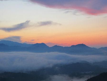 霧が高千穂盆地や山々を覆い…