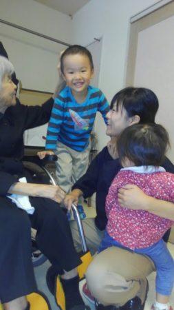 親族の子どもたちとの触れ合いを楽しまれた