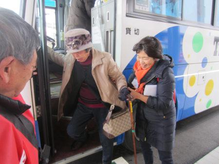 バリアフリーツアーでサポートする堤さん(今年1月)