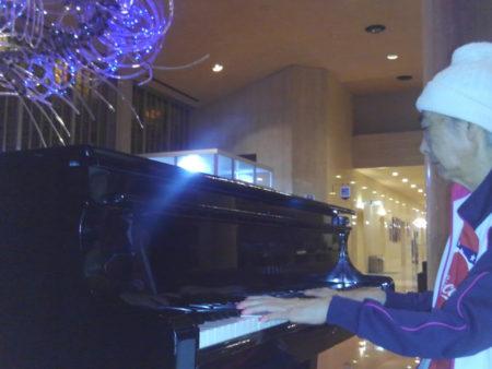 ピアノを弾き始めた奥様…