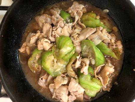 鍋に油を少量注ぎ、豚肉を炒めた後ヘチマを入れ、味噌と砂糖そして少量の醤油で味付けする。