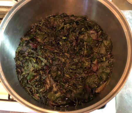1.5リットルの水を沸かし、葉を入れて煮ます。