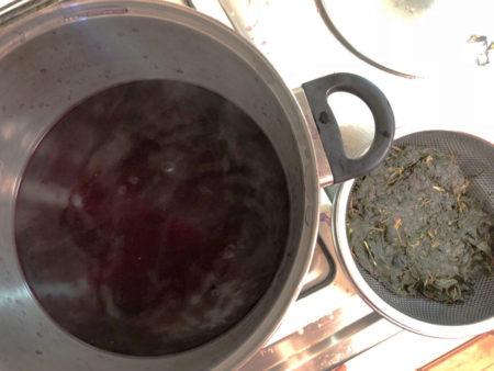 葉をザルで濾して、煮汁をとります。