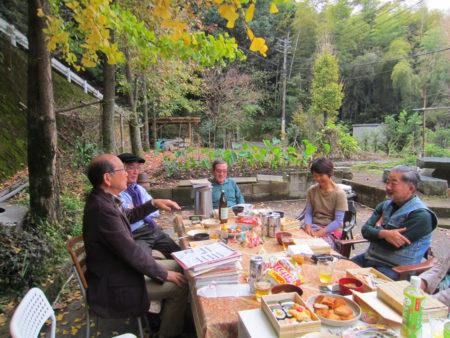 銀杏の木の下で早速、黄葉の宴です!