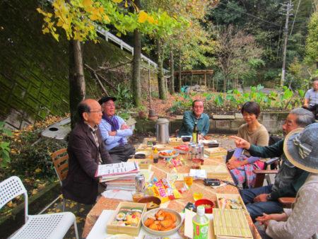 銀杏の葉が、テーブルやお皿にハラハラと落ちてきて、秋色に包まれます。