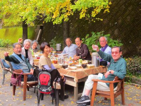 気の合う仲間同士こうして自然を楽しみながら、飲ん方、食べ方して和気藹々過ごすのが楽しいよ。