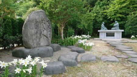 えらぶゆりと敬天愛人の石碑の向こうの対話坐像が 「徳の交わり」を今に伝える…